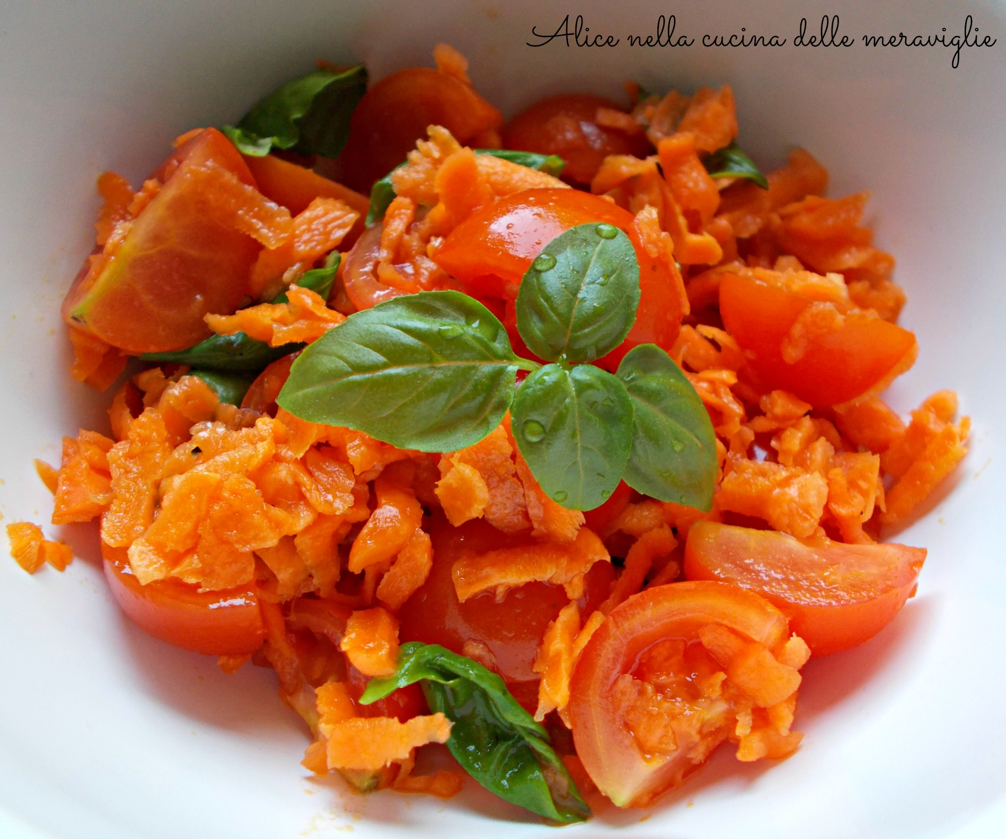 Insalata di pomodorini, carote e basilico Ricetta contorno vegano Alice nella cucina delle meraviglie