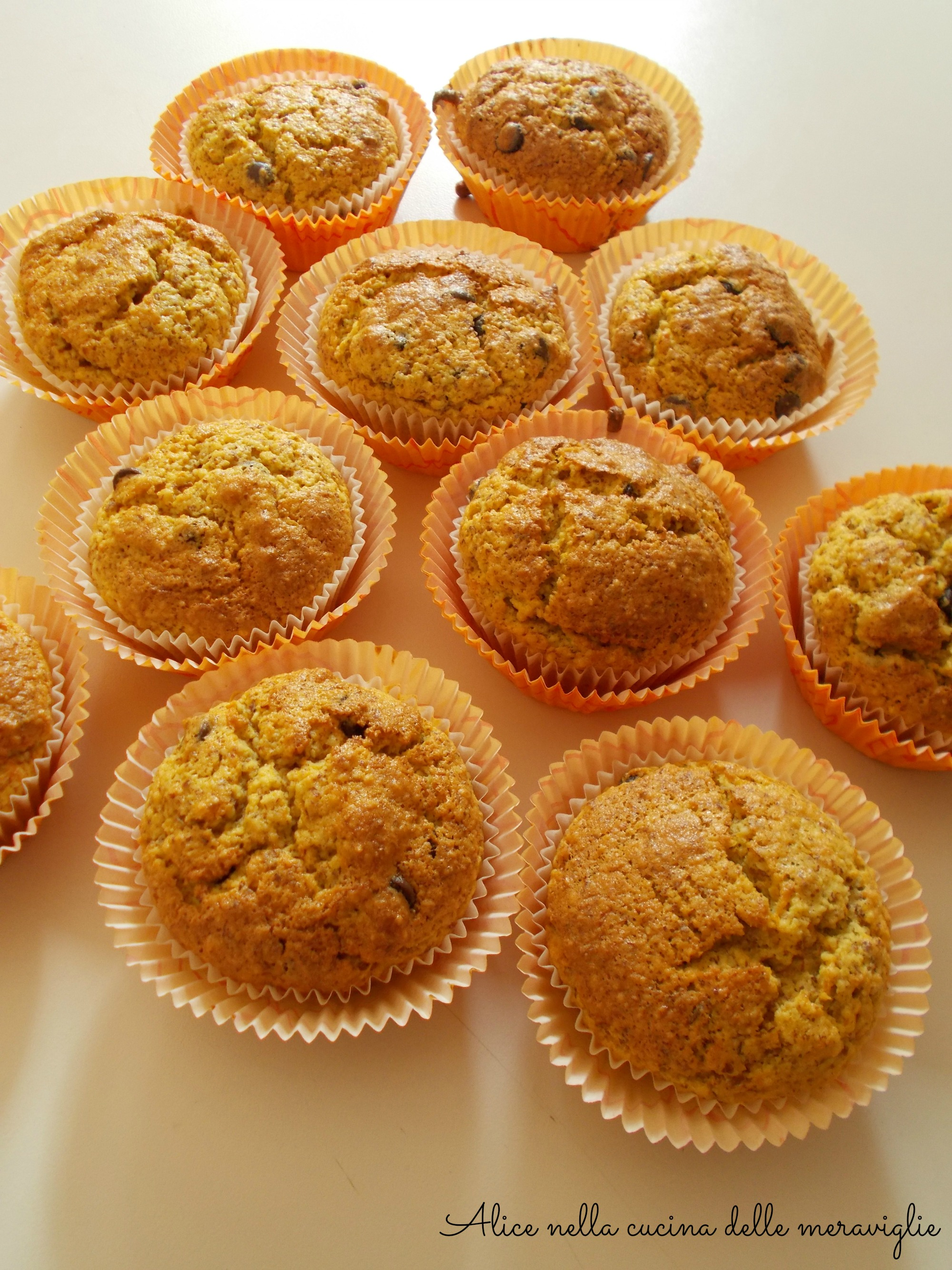 Muffin alle carote, mandorle e gocce di cioccolato Ricetta dolce senza grassi aggiunti Alice nella cucina delle meraviglie