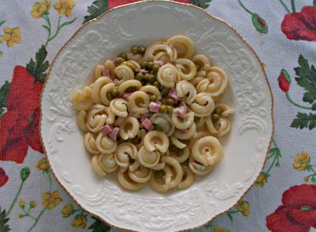Pasta con panna, piselli e prosciutto, ricetta primo piatto