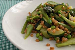 Grano con asparagi, zucchine e piselli, ricetta primo piatto vegano