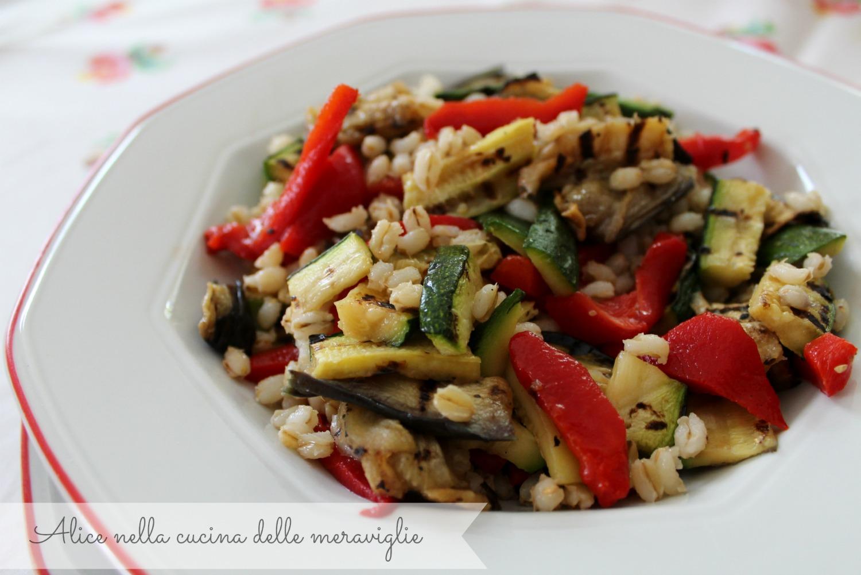 Insalata di orzo con zucchine, melanzane e peperoni grigliati, ricetta primo piatto vegano light
