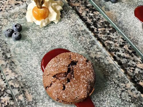 Mini torta tenerina con coulis di lamponi, ricetta dolce