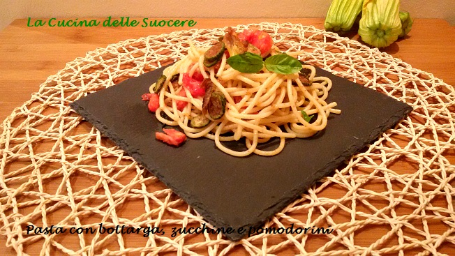 Pasta con bottarga, zucchine e pomodorini