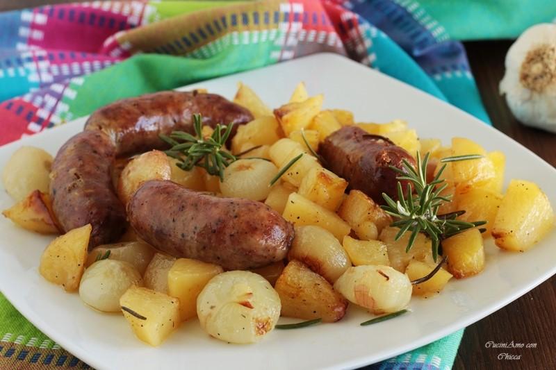Salsicce al forno con patate e cipolline