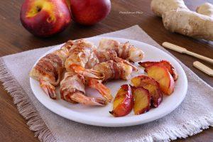Gamberoni al bacon con pesche grigliate