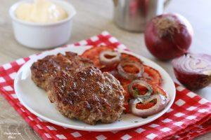 Hamburger di manzo con pomodori e cipolle grigliate