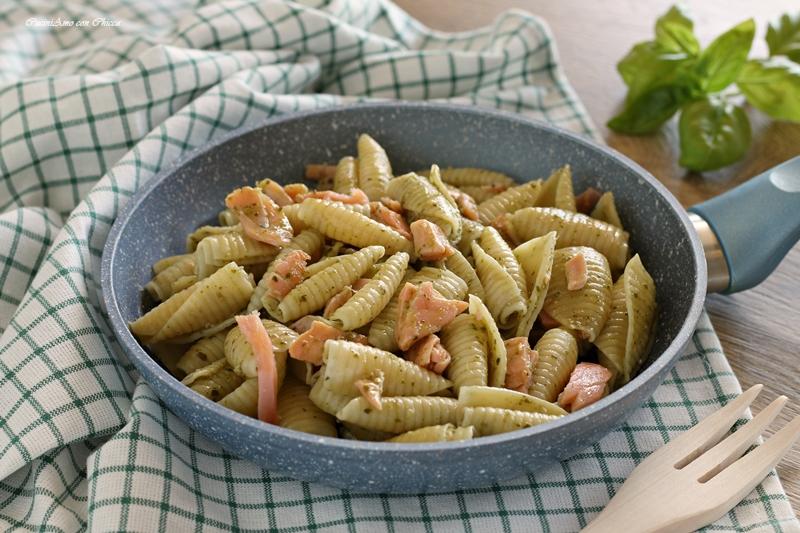 Pasta al Pesto con Salmone Affumicato