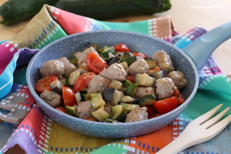 Salsiccia in Padella con Zucchine e Melanzane