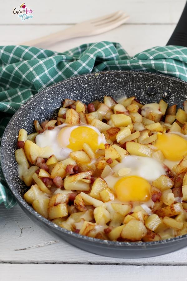 Patate in padella con uova e bacon