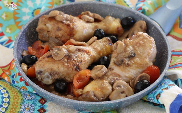 Cosce di pollo saporite con funghi e olive