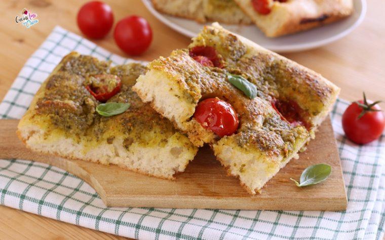 Focaccia con pesto e pomodorini