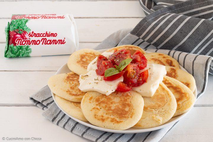 Pancake farciti con caprese di stracchino