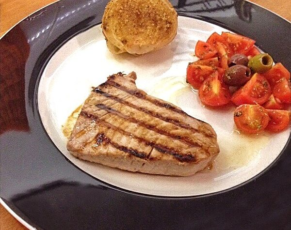 Filetto di tonno agli agrumi con cipolla al forno e pomodorini