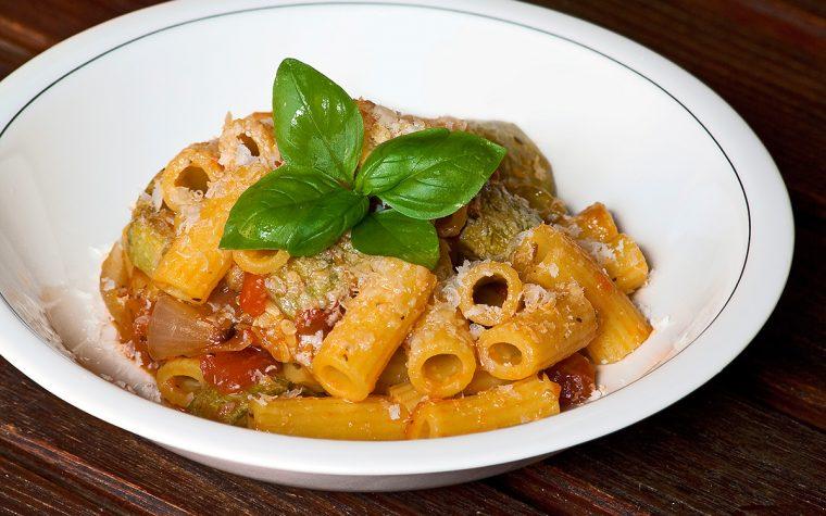 Pasta fresca con zucchine, pomodorini e ricotta salata