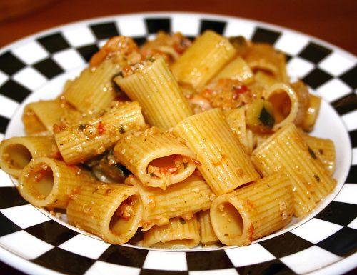 Pasta gamberetti zucchine e mandorle