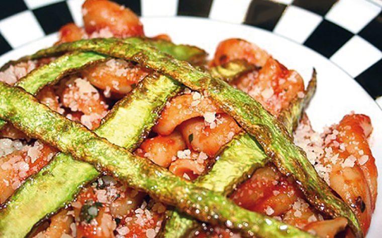 Pasta al pomodoro con bucce di zucchine fritte – Cucinare con gli avanzi