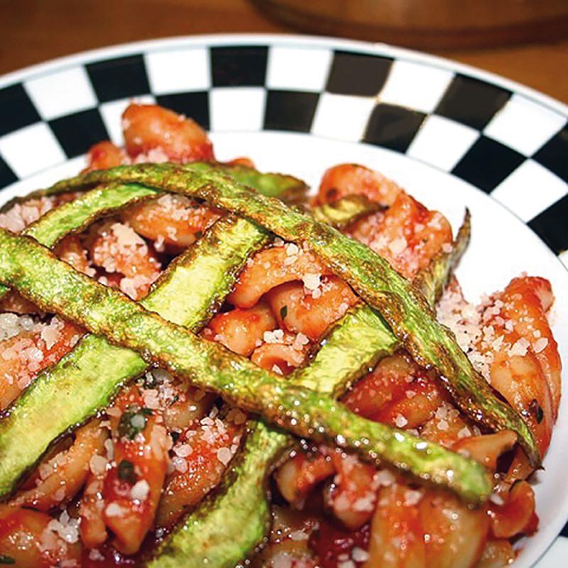 Pasta al pomodoro con bucce di zucchine fritte