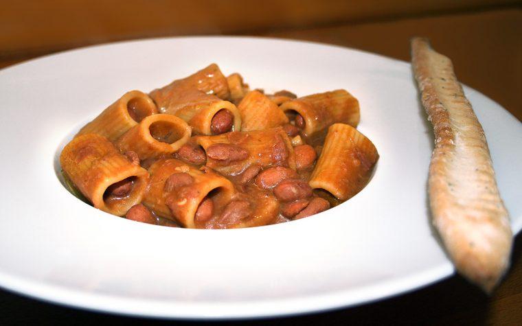 Mezze maniche rigate con fagioli e porcini