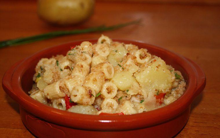 Pasta e patate con peperoni ed erba cipollina