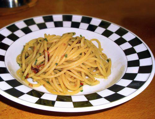 Spaghetti aglio olio peperoncino e fiori di zucca