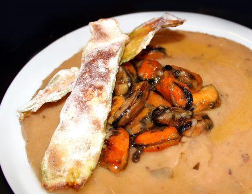 Cozze in crema di patate e cipolla di tropea con cips di zucchine