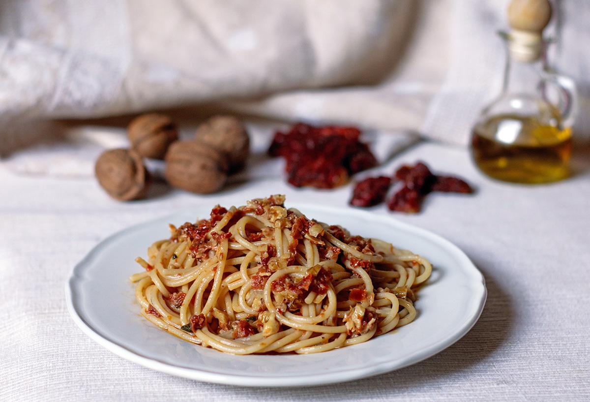 https://blog.giallozafferano.it/cucinadiclaudio/wp-content/uploads/2015/09/spaghetti-pomodori-secchi-e-noci-1-1200.jpg