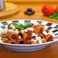 Pasta al pomodoro con olive e mozzarella