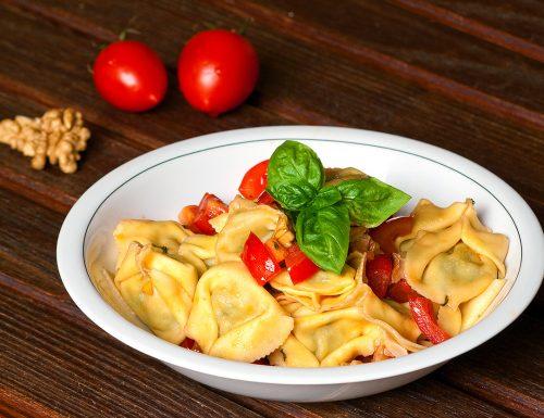 Ravioli stracchino e rucola con pomodorini, noci e basilico