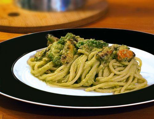 Spaghetti in crema di asparagi con cozze e vongole
