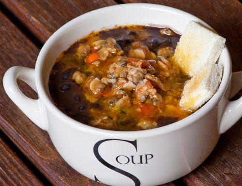 Zuppa di fagioli neri con vongole