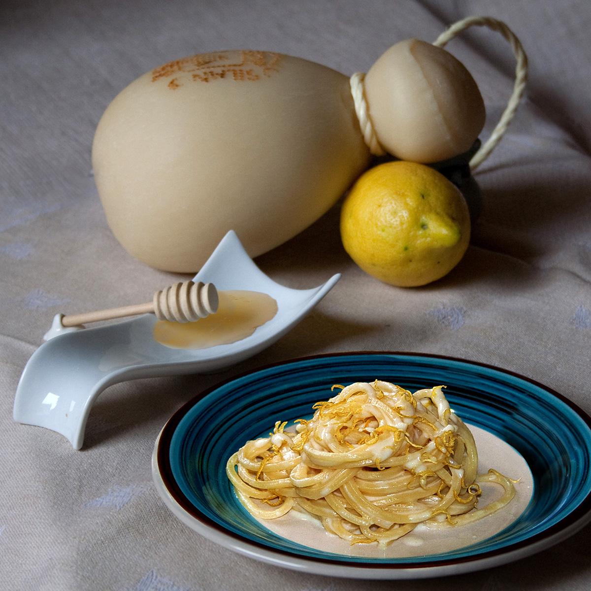 https://blog.giallozafferano.it/cucinadiclaudio/wp-content/uploads/2016/02/spaghetti-caciocavallo-miele-2-1200.jpg