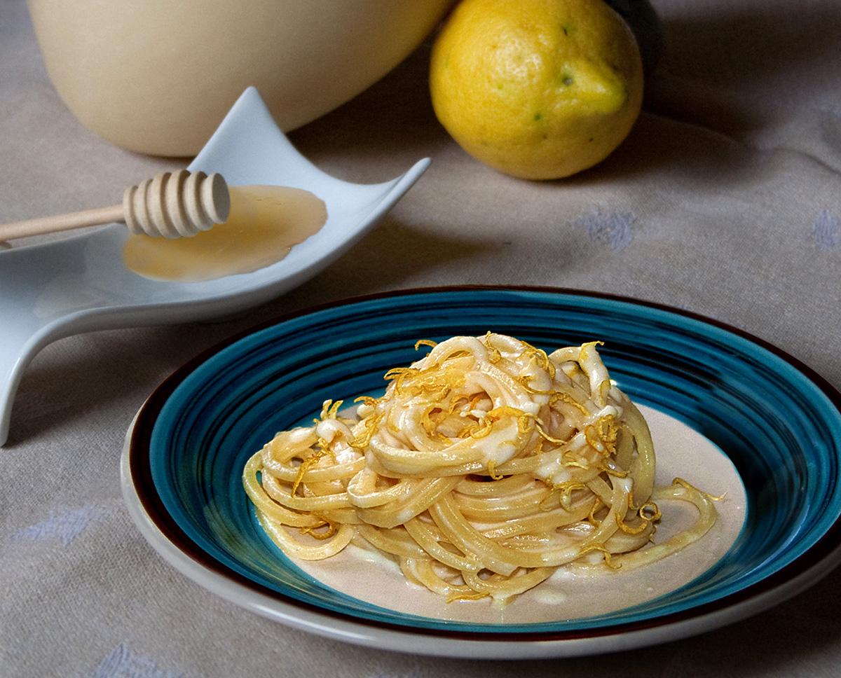 Spaghetti all'acqua di limone in crema di caciocavallo e miele