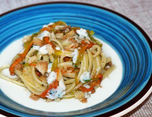Linguine in crema di mozzarella con fiori di zucca e alici
