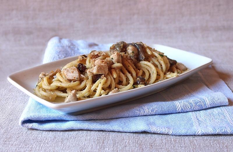 Spaghetti con pesce spada pinoli e uvetta