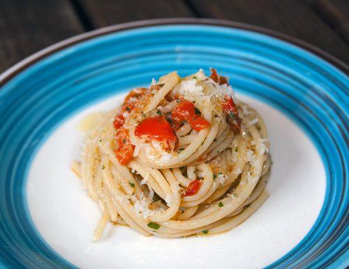 Spaghetti con peperoni e alici