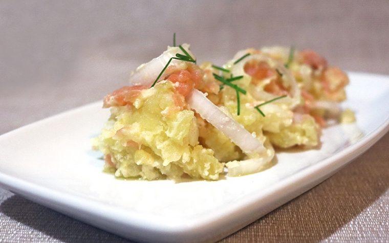 Insalata di salmone cipolle e patate con yogurt alla senape