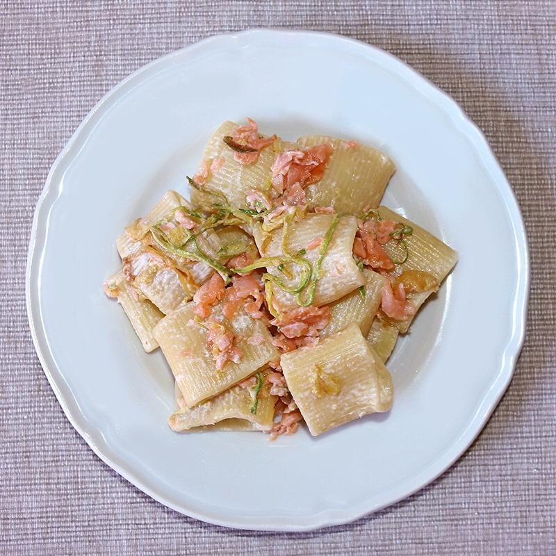 Pasta cremosa con zucchine e salmone affumicato