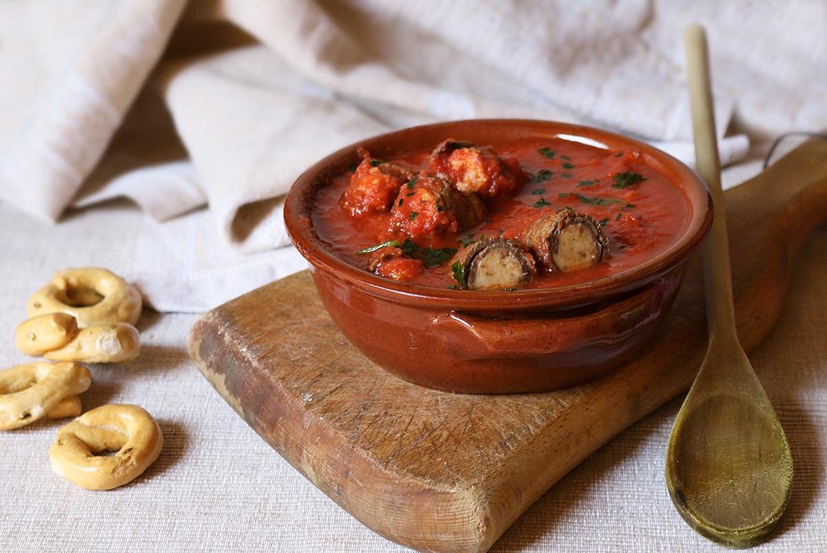 Braciole di manzo al sugo con emmental e olive