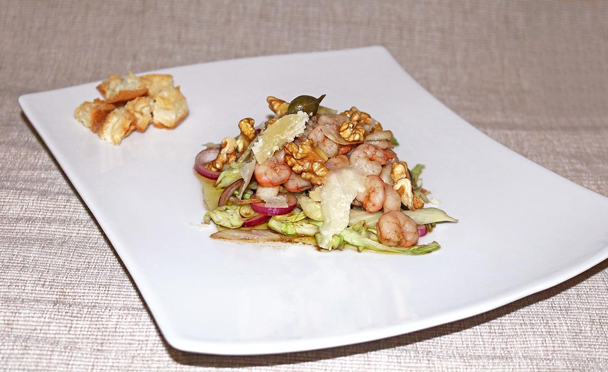 Insalata di gamberi con cucunci, noci e cipolle di Tropea