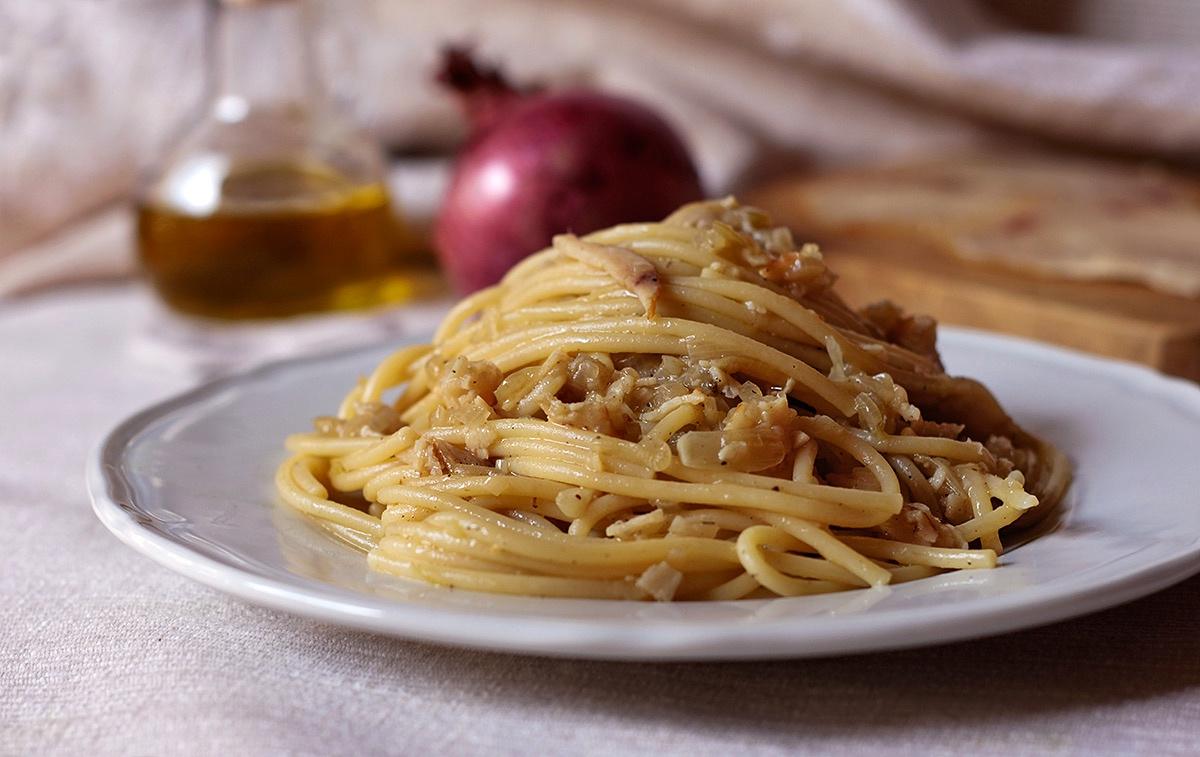 Spaghetti in salsa di cipolle con pesce spada affumicato