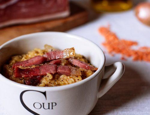 Zuppetta di lenticchie rosse con speck croccante