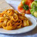 Pasta in crema di peperoni con pistacchi