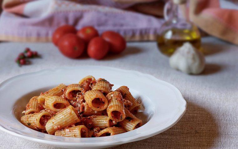 Pasta con pomodoro fresco e alici