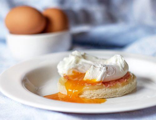 Uova in camicia con crostone di pane, prosciutto cotto ed emmental