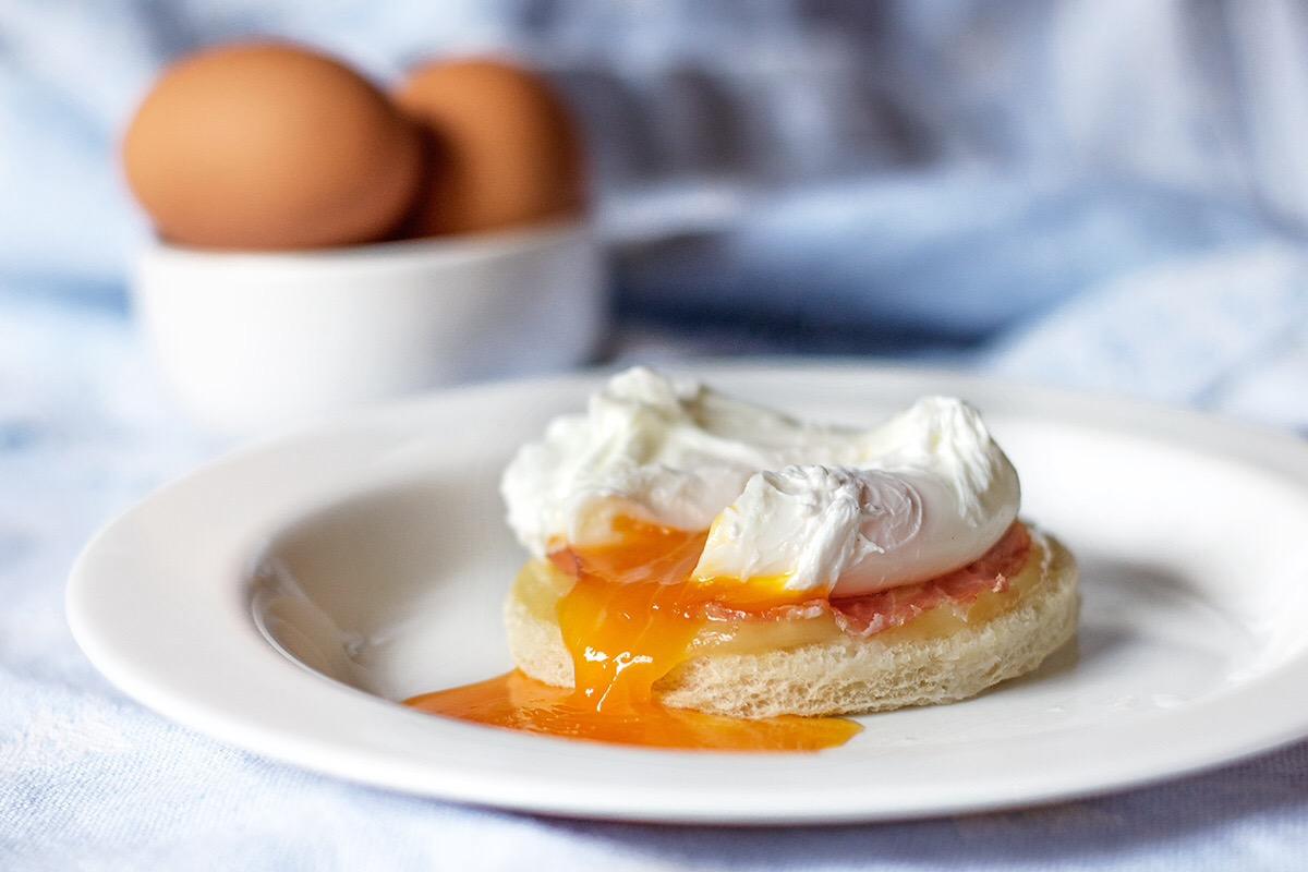 Uova in camicia con crostone di pane
