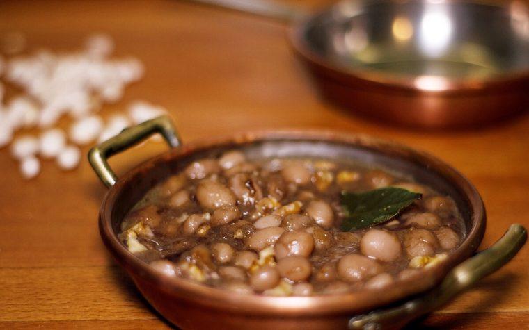 Zuppa di fagioli bianchi, radicchio e noci