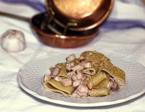 Pasta con pesce spada, colatura di alici e tarallo napoletano sbriciolato