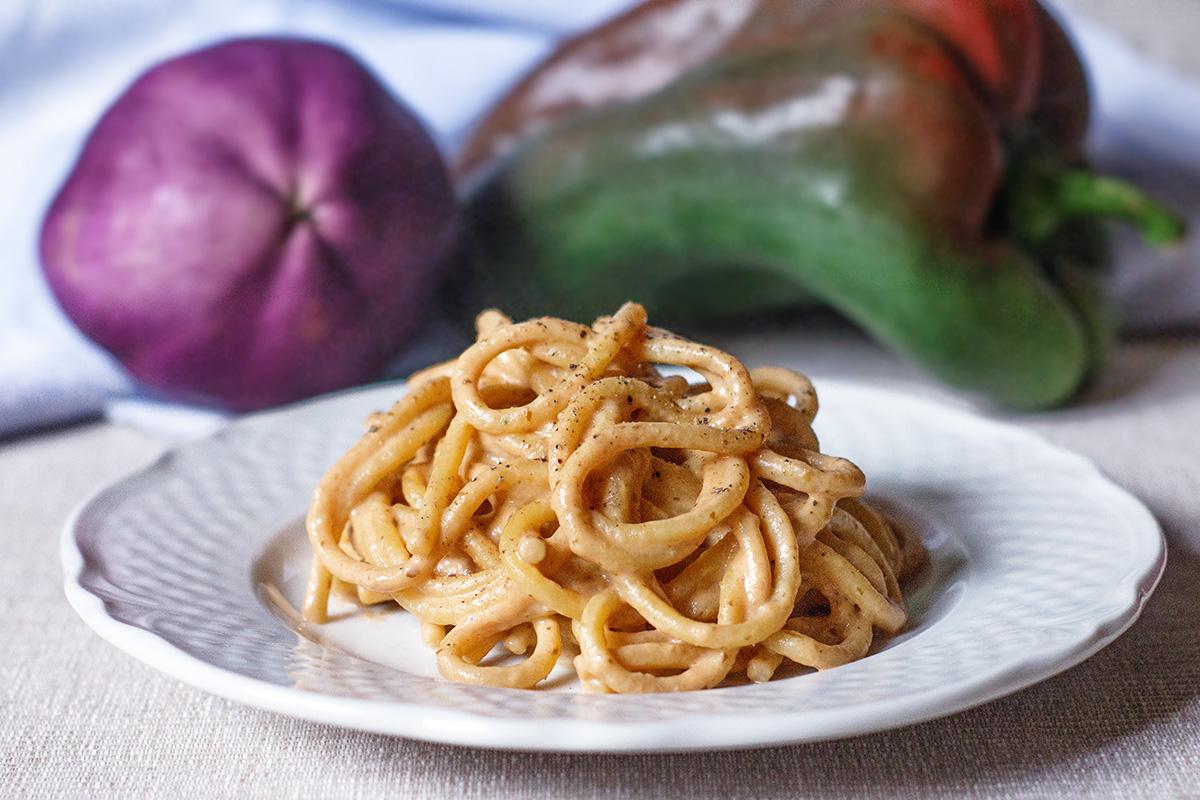 Pasta con crema di peperoni, melanzane e ricotta