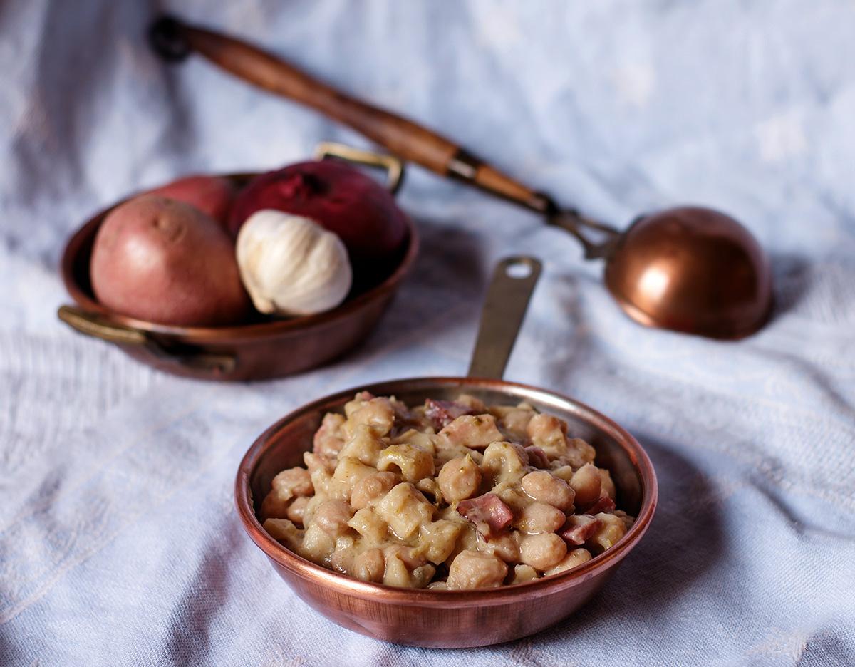Pasta e fagioli bianchi con patate, peperoni e speck