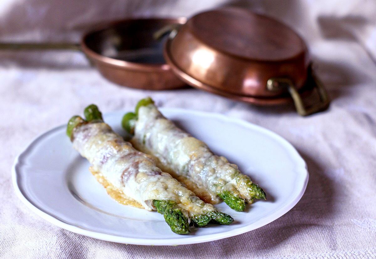 Asparagi al forno con pancetta, provola e parmigiano